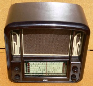 Airzone theatre radio in brown bakelite